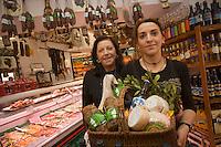 Europe/France/Corse/2B/Haute-Corse/Calvi:Annie Giaconella et sa fille Valérie  et leur sélection de produits corses  Annie Traiteur, 5, rue G.-Clemenceau.