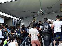 ATENÇÃO EDITOR: FOTO EMBARGADA PARA VEÍCULOS INTERNACIONAIS. – SÃO PAULO - SP –  11 DE NOVEMBRO 2012. SHOW LADY GAGA – MOVIMENTAÇÃO no Estádio do Morumbi (SP), antes do show. Revista feita PM antes da entrada. FOTO: MAURICIO CAMARGO / BRAZIL PHOTO PRESS.