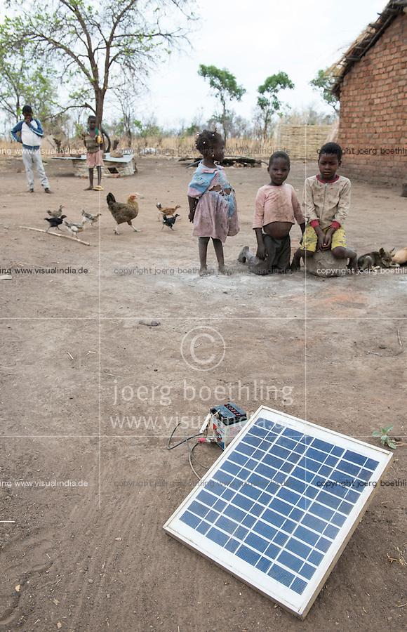 ZAMBIA, Chipata, children in village, solar panel for battery recharge SAMBIA, Chipata, Kinder in einem Dorf, Solar panel zur Ladung einer Batterie
