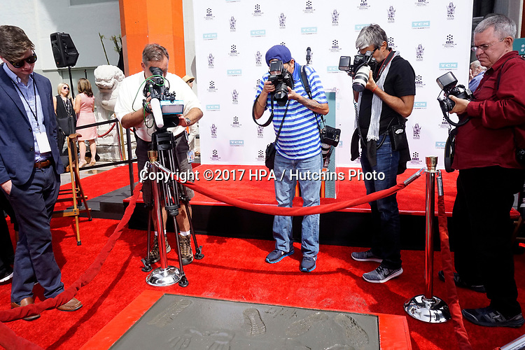LOS ANGELES - APR 7:  Press Photographing Prints at the Carl and Rob Reiner Hand and Footprint Ceremony at the TCL Chinese Theater IMAX on April 7, 2017 in Los Angeles, CA