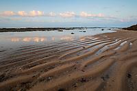 Spanien, Andalusien, Cadiz: Wind und Wellen haben diesen Uferstreifen an der Costa de la Luz bei Cadiz geformt | Spain, Andalusia, Cadiz: wave pattern at Costa de la Luz near Cadiz formed by wind and water