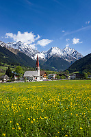 Italy, South Tyrol (Trentino - Alto Adige), Valle di Anterselva, Anterselva di Sotto: village with church Saint Walpurga and snowcapped peaks of Vedrette di Ries mountains | Italien, Suedtirol, Antholz Niederertal: Dorf im Antholzer Tal mit Dorfkirche St. Walburg, im Hintergrund die schneebedeckten Gipfeln der Rieserfernergruppe