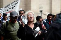 SAO PAULO, 20 DE JUNHO DE 2012 - PROTESTO AMBULANTES SP - Ambulantes, a maioria deficientes fisicos, protestam em passeata que saiu da Catedral da Se ate o Tribunal de Justica contra medida que impede estes de trabalharem nas ruas, na regiao central, na manha desta quarta feira. FOTO: ALEXANDRE MOREIRA - BRAZIL PHOTO PRESS