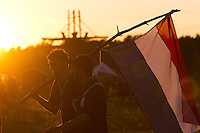 Dutch scouts walking to the IST opening ceremony in the sunset. Photo: Magnus Fröderberg/Scouterna
