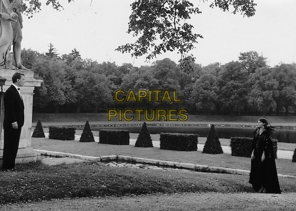 Giorgio Albertazzi &amp; Delphine Seyrig <br /> in Last Year at Marienbad (1961) <br /> (L'annee derniere a Marienbad)<br /> *Filmstill - Editorial Use Only*<br /> CAP/FB<br /> Image supplied by Capital Pictures