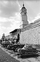 Belgrado, la fortezza al Parco Kalemegdan. Carri armati in esposizione presso la torre dell'orologio --- Belgrade, the fortress in Kalemegdan Park. Tanks on display at the clock tower gate