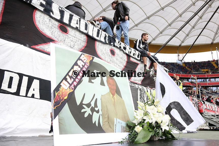 Fans von Eintracht Frankfurt gedenken Eintracht Urgestein Kurt Schmidt, der am 18.9. verstorben ist - 1. Spieltag der UEFA Europa League Eintracht Frankfurt vs. Girondins Bordeaux
