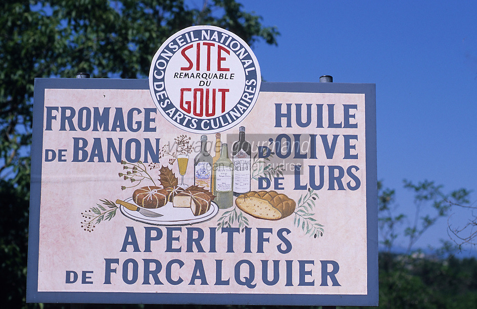 Europe/France/Provence-Alpes-Côte d'Azur/04/Alpes de Haute Provence/Forcalquier: Détail d'un panneau touristique présentant les produits de la région fromage de banon, huile d'olive, apéritifs