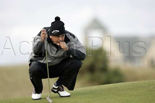 30 September 2005: Argentine golfer Eduardo Romero (ARG) lining up his putt on the 17th green on the second day of the Dunhill Links Championship on the Old Course at St Andrews, Scotland. Photo: Glyn Kirk/Actionplus....050930 man men golf