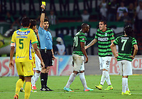 MEDELLIN -COLOMBIA-12-OCTUBRE-2014. Hernando Buitrago  referee central muestra la tarjeta amarilla a un jugador del Atletico Nacional    durante partido de la 14 fecha de La Liga Postobon jugado en el estadio Atanasio Girardot. /  Hernando Buitrago Chief Referee showing the yellow card to a player for Atletico Nacional party date 14 Postobon League played at the stadium Atanasio Girardot during the 14th date round match of La Liga Postobon played at the Polideportivo Sur  Stadium .  Photo: VizzorImage / Luis Rios / Stringer