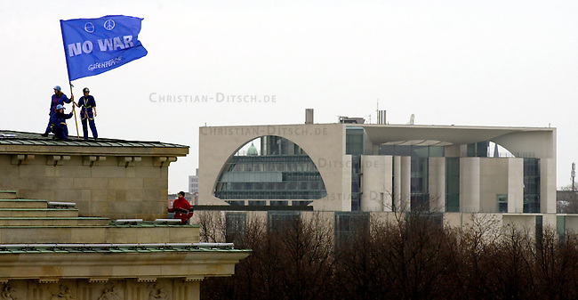 Greenpeace besetzt das Brandenburger Tor in Berlin<br /> Rund 30 Aktivisten der Umweltschutzorganisation Greenpeace besetzten am Montag den 10. Maerz 2003 das Brandenburger Tor. Greenpeace protestierte mit dieser Aktion gegen die Vorbereitungen der US-Regierung fuer einen Irak-Krieg. Die Aktivisten haengten Transparente nit der Aufschrift &quot;No War&quot; und &quot;Old Europe says: No War&quot; vom Dach des Brandenburger Tores.<br /> Im Hintergrund das Bundeskanzleramt.<br /> 10.3.2003, Berlin<br /> Copyright: Christian-Ditsch.de<br /> [Inhaltsveraendernde Manipulation des Fotos nur nach ausdruecklicher Genehmigung des Fotografen. Vereinbarungen ueber Abtretung von Persoenlichkeitsrechten/Model Release der abgebildeten Person/Personen liegen nicht vor. NO MODEL RELEASE! Nur fuer Redaktionelle Zwecke. Don't publish without copyright Christian-Ditsch.de, Veroeffentlichung nur mit Fotografennennung, sowie gegen Honorar, MwSt. und Beleg. Konto: I N G - D i B a, IBAN DE58500105175400192269, BIC INGDDEFFXXX, Kontakt: post@christian-ditsch.de<br /> Bei der Bearbeitung der Dateiinformationen darf die Urheberkennzeichnung in den EXIF- und  IPTC-Daten nicht entfernt werden, diese sind in digitalen Medien nach &sect;95c UrhG rechtlich geschuetzt. Der Urhebervermerk wird gemaess &sect;13 UrhG verlangt.]