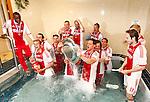 Nederland, Amsterdam, 2 mei 2012.Eredivisie .Seizoen 2011-2012.Ajax-VVV Venlo (2-0).Spelers van Ajax vieren feest met de schaal in het bad van de kleedkamer