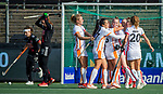 AMSTELVEEN - Fiona Morgenstern (OR) (midden) heeft de stand op 2-2 gebracht  tijdens de hoofdklasse hockeywedstrijd dames,  Amsterdam-Oranje Rood (2-2) .   COPYRIGHT KOEN SUYK
