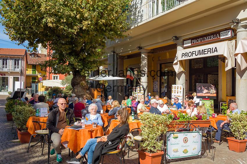 Italy, Piedmont, Stresa: dining out or shopping at town centre, here at Piazzale Luigi Cadorna | Italien, Piemont, Stresa: Einkaufsbummel oder Essen gehen im Zentrum, z.B. auf der Piazzale Luigi Cadorna