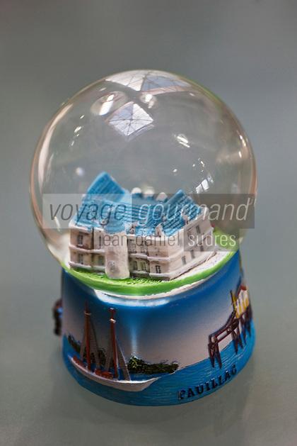 Europe/France/Aquitaine/33/Gironde/Pauillac: Boule de neige en hommage aux Châteaux viticoles et à la ville capitale du Médoc Maritime
