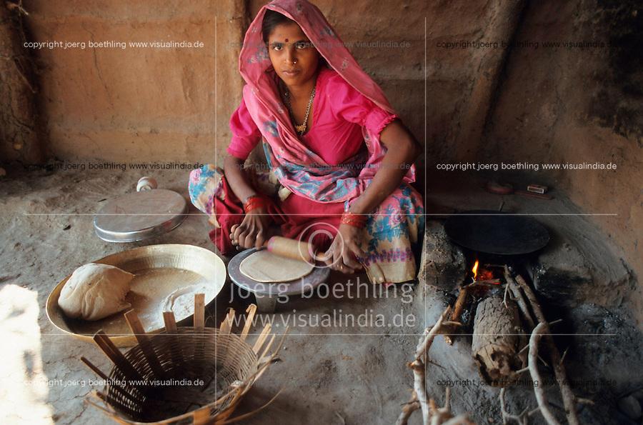 INDIA, Adivasi woman prepares chappathi bread from wheat paste and flour / INDIEN, Madhya Pradesh, Adivasi Frau im Sari bereitet chappathi roti Fladenbrot aus Teig zu