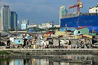 PHILIPPINES, Manila, Pasey, slum and construction of appartment towers / PHILIPPINEN, Manila, Pasey, Slumhuetten vor Baustelle mit neuen Hochhäusern