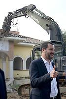 Roma, 26 Novembre 2018<br /> Matteo Salvini durante la demolizione<br /> L'esercito italiano  ha iniziato la demolizione di una villa confiscata dalla Regione Lazio ai membri del clan criminale mafioso dei Casamonica in Via Rocca Bernarda nella periferia sud est di Roma dove sorgerà un parco Pubblico e una biblioteca