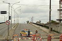 SÃO PAULO, SP, 16 DE JANEIRO DE 2012 - INTERDIÇÃO VIADUTO POMPÉIA - Viaduto Pompéia segue interditado desde segunda-feira, 09, quando um incêndio atingiu a parte de baixo, no barracão da Mocidade Alegre. Segundo a Prefeitura, o viaduto permanecerá fechado pelo menos até sexta-feira da semana que vem, pois ainda não foi feito um levantamento de danos e medidas para reabertura do viaduto. FOTO: ALEXANDRE MOREIRA - NEWS FREE.