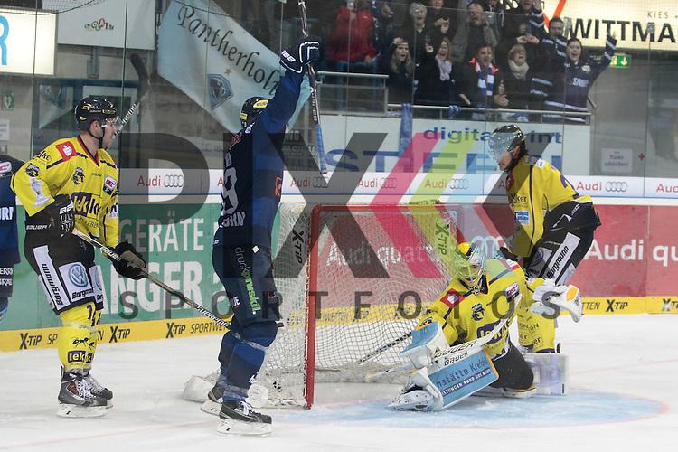 ERC Ingolstadt - Krefeld Pinguine<br /> Ingolstadts Danny Irmen (Nr.19) jubelt ueber den Treffer zum 1:1 von Ingolstadts David Elsner (Nr.61) der Krefelds Patrick Klein (Nr.29) keine Chance laesst beim Spiel in der DEL ERC Ingolstadt - Krefeld Pinguine.<br /> <br /> Foto &copy; PIX-Sportfotos *** Foto ist honorarpflichtig! *** Auf Anfrage in hoeherer Qualitaet/Aufloesung. Belegexemplar erbeten. Veroeffentlichung ausschliesslich fuer journalistisch-publizistische Zwecke. For editorial use only.