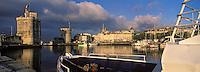 France/17/Charente Maritime/La Rochelle: Le vieux port, la tour Saint Nicolas, la tour de la Chaine et la tour de la Lanterne