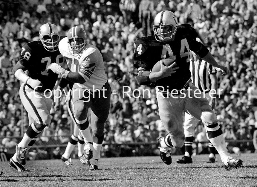 Oakland Raiders Marv Hubbard runs against the Kansas  City Chiefs..(1970 photo/Ron Riesterer)
