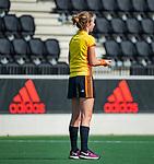 AMSTELVEEN - scheidsrechter  Lisette Baljon   tijdens de hoofdklasse competitiewedstrijd hockey dames,  Amsterdam-Oranje Rood (5-2). COPYRIGHT KOEN SUYK