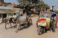 INDIA U.P. Bundelkhand, Mahoba, public transport with Bajaj Tempo in Indien  / INDIEN Mahoba, altes dreiraedriges Bajaj Tempo Fahrzeug als Tranportmittel, das Tempo war ein joint venture zwischen Bajaj und der Hamburger Firma Vidal und Sohn, die den Tempo Hanseat entwickelt haben