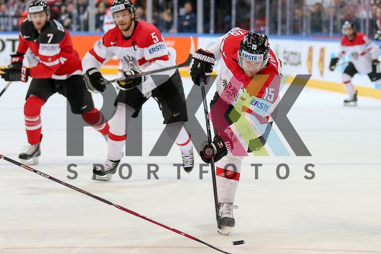 Oestereichs Latusa, Manuel (Nr.15) mit einem Schuss im Spiel IIHF WC15 Kanada vs. Oestereich.<br /> <br /> Foto &copy; P-I-X.org *** Foto ist honorarpflichtig! *** Auf Anfrage in hoeherer Qualitaet/Aufloesung. Belegexemplar erbeten. Veroeffentlichung ausschliesslich fuer journalistisch-publizistische Zwecke. For editorial use only.