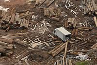 Operação Delta.<br /> <br /> Tida como a maior operação de combate a comercialização de madeira ilegal, o Ibama, trabalhando em conjunto com o ICMBIO, Polícia Federal , Sipam, Força nacional de segurança , Receita Federal e Abin, articularam lpgística que conta com 370 pessoas, 2 helicópteros, 3 lanchas e 70 veículos distribuidos por 28 equuipes.A operação que começou segunda feira última deve durar cerca de 15 dias com a espectativa de apreensão com números que cheguem a 30.000 mts cúbicos de madeira de várias especimes.Das 66 madeireiras registradas a operação está passando pente fino nas 15 maiores neste início.Balsa e jangadas de madeiras apreendidas.Belém, Pará, BrasilPaulo Santos14/04/2010