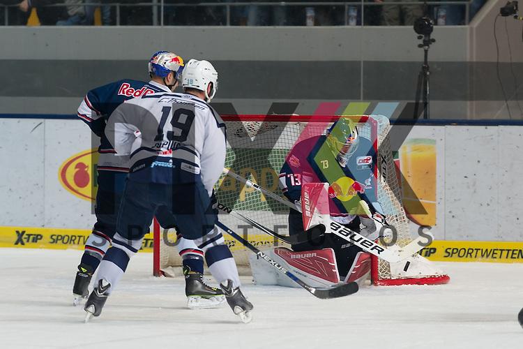 Eishockey, DEL, EHC Red Bull M&uuml;nchen - Hamburg Freezers <br /> <br /> Im Bild David LEGGIO (EHC Red Bull M&uuml;nchen, 73) kann den Puck mit dem Oberk&ouml;rper halten beim Spiel in der DEL EHC Red Bull Muenchen - Hamburg Freezers.<br /> <br /> Foto &copy; PIX-Sportfotos *** Foto ist honorarpflichtig! *** Auf Anfrage in hoeherer Qualitaet/Aufloesung. Belegexemplar erbeten. Veroeffentlichung ausschliesslich fuer journalistisch-publizistische Zwecke. For editorial use only.