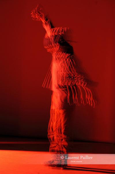 INSIDE<br /> <br /> Chor&eacute;graphie Christine Coudun<br /> Assistant chor&eacute;graphe : Lowriz Vo<br /> Avec : Emilie Schram, Laeticia Ponce, Simone (Saym) Sitiphone, Fran&ccedil;ois Kaleka,  Adilson Horta de Sousa, Iffra Dia, Mathieu Raguel, Lowriz Trung Ngon Vo<br /> Conception musicale : Christine Coudun et Lowriz Vo<br /> Cr&eacute;ation lumi&egrave;res : Laurent V&eacute;rit&eacute;<br /> Costumes : Lowriz Vo<br /> Compagnie : Black Blanc Beur<br /> Cadre : <br /> Date : 11/03/2016<br /> Lieu : Auditorium du Th&eacute;&acirc;tre de Chelles<br /> &copy; Laurent Paillier / photosdedanse.com