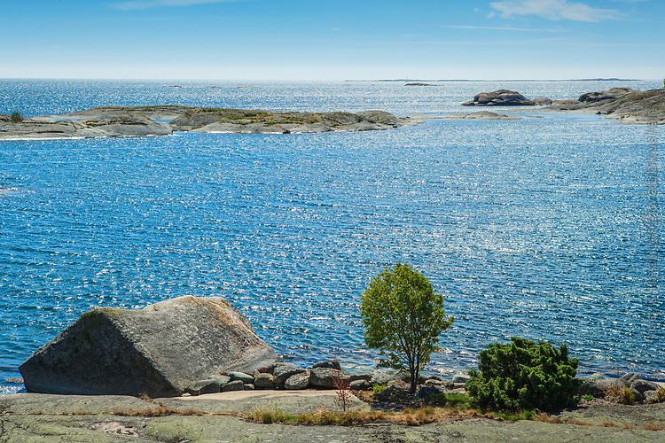 Solreflexer i ett blått hav vid Hallskär Stockholms skärgård