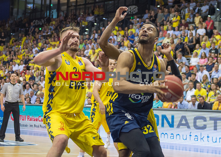 "02.06.2019, EWE Arena, Oldenburg, GER, easy Credit-BBL, Playoffs, HF Spiel 1, EWE Baskets Oldenburg vs ALBA Berlin, im Bild<br /> Johannes TIEMANN (ALBA Berlin #32 ) Rashid MAHALBASIC (EWE Baskets Oldenburg #24 ) William""Will"" CUMMINGS (EWE Baskets Oldenburg #3 )<br /> <br /> Foto © nordphoto / Rojahn"