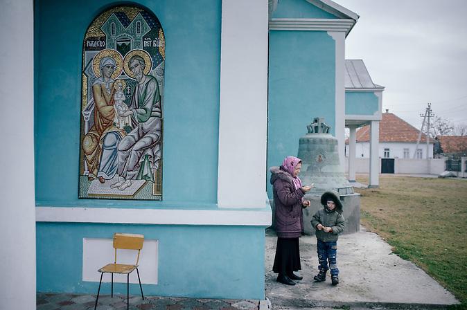 Vylkovo ist eine kleine Stadt im ukrainischen Teil des Donaudeltas im Oblast Odessa, in unmittelbarer Nähe zur rumänischen Grenze. Im 18. Jahrhundert siedelten hier Altgläubige und Donkosaken, die im Zarenreich religiös und politisch verfolgt wurden. Noch heute, 300 Jahre nach dem Exodos, versucht die Gemeinschaft ihre Traditionen, ihren Glauben und ihren Lebensstil zu bewahren und in die globalisierte Welt des 21. Jahrhunderts zu retten. / Vylkovo is a small town in the Ukrainian part of the Danube Delta, Oblast Odessa, close to the Rumanian border. In the 18th century during the Russian Empire, Old believers and Don Cossacks who had been persecuted for political and religious reasons. Until today, 300 years later, they try to preserve their traditions.