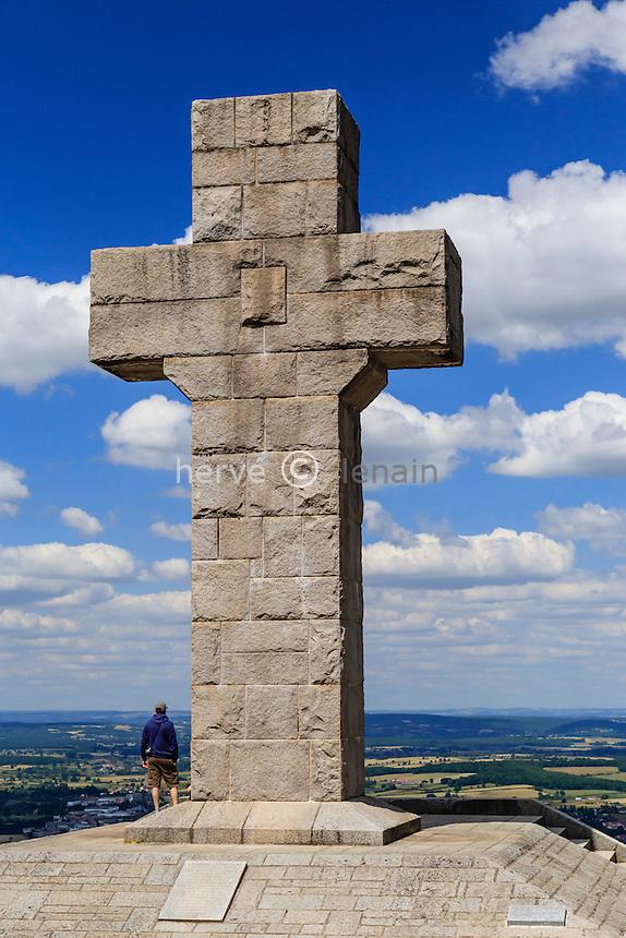 France, Saône-et-Loire (71), Autun, la croix de la Libération domine Autun // France, Saone et Loire, Autun,  the Cross of the Liberation over the town