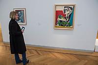 """Die Ausstellung """"Picasso. Das spaete Werk"""" wird vom 9. Maerz bis 16. Juni 2019 im Potsdamer Museum Barberini gezeigt.  Alle Leihgaben, Gemaelde, Keramiken, Skulpturen und Graphiken von Pablo Picasso (1881–1973), stammen aus der Sammlung Jacqueline Picasso (1927–1986).<br /> In der von Gastkurator Bernardo Laniado-Romero getroffenen Auswahl befinden sich zahlreiche Werke, die erstmalig in Deutschland gezeigt werden sowie einige, die zum ersten Mal in einem Museum praesentiert werden.<br /> Rechts im Bild: """"Jacqueline mit angezogenen Beinen"""", Oel auf Leinwand, 14. Oktober 1954. Das Gemaelde wird zum ersten Mal in einem Museum gezeigt. <br /> 7.3.2019, Potsdam<br /> Copyright: Christian-Ditsch.de<br /> [Inhaltsveraendernde Manipulation des Fotos nur nach ausdruecklicher Genehmigung des Fotografen. Vereinbarungen ueber Abtretung von Persoenlichkeitsrechten/Model Release der abgebildeten Person/Personen liegen nicht vor. NO MODEL RELEASE! Nur fuer Redaktionelle Zwecke. Don't publish without copyright Christian-Ditsch.de, Veroeffentlichung nur mit Fotografennennung, sowie gegen Honorar, MwSt. und Beleg. Konto: I N G - D i B a, IBAN DE58500105175400192269, BIC INGDDEFFXXX, Kontakt: post@christian-ditsch.de<br /> Bei der Bearbeitung der Dateiinformationen darf die Urheberkennzeichnung in den EXIF- und  IPTC-Daten nicht entfernt werden, diese sind in digitalen Medien nach §95c UrhG rechtlich geschuetzt. Der Urhebervermerk wird gemaess §13 UrhG verlangt.]"""