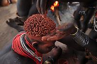 In the village of Korcho on the Omo River, the women cover their hair in butter and red powder. The Banas, Hamers and Karos are closely linked through their language and culture. ///Village de Korcho sur le fleuve Omo, les femmes Karas se recouvre les cheveux de beurre et d'une poudre rouge. Les Banas, Hamers et Karos sont très liés par la langue et la culture.
