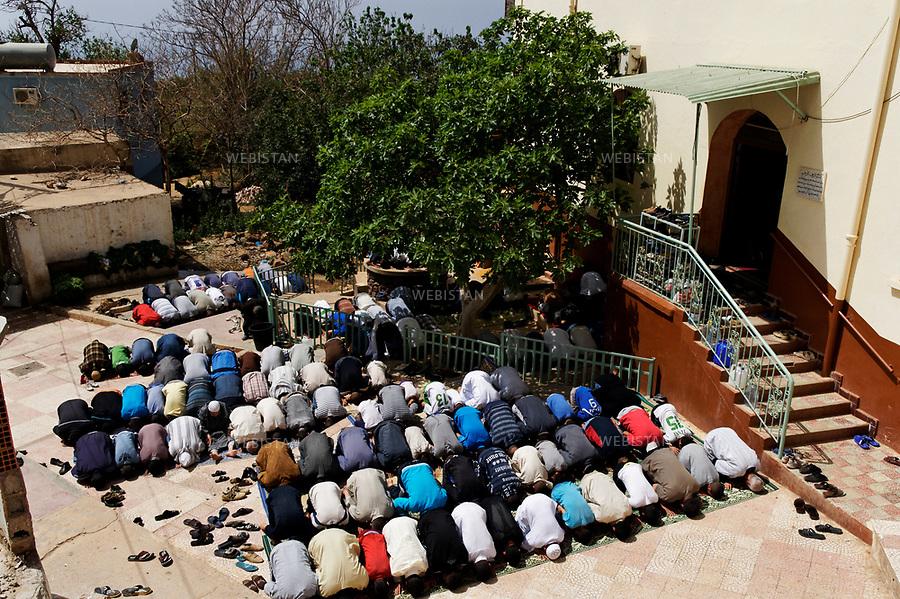 Algerie. Kristel 08 avril 2011.<br /> &laquo; Salat &raquo; (priere) du vendredi dans la cours de la mosquee Abou Bakr As-Saddiq.<br /> <br /> <br /> Algeria, Kristel. April 8th 2011<br /> &ldquo;Salat&rdquo; (prayer) on Friday in the courtyard of the Abou Bakr As-Saddiq mosque.