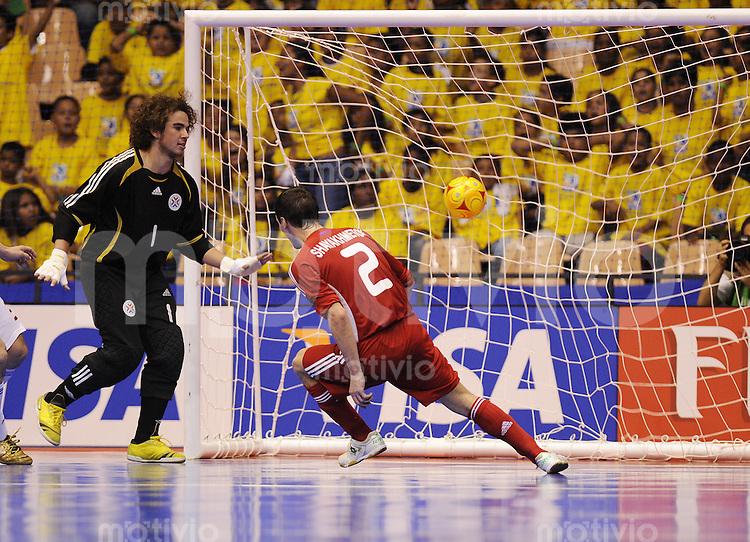 Fussball  International  FIFA  FUTSAL WM 2008   12.10.2008 Zwischenrunde  Gruppe F Russland - Paraguay Russia - Paraguay Vladislav Shayakhmentov  (re, RUS) trifft zum 5-4 gegen Mario Gazolli (PAR)