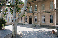 This 18th century mansion at the heart of Avignon opens onto a paved courtyard shaded by vast plane trees