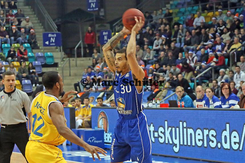 Justin Cobbs (Skyliners) gegen Dru Joyce (Braunschweig) - Fraport Skyliners vs. Loewen Braunschweig, Fraport Arena Frankfurt