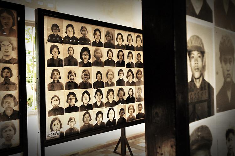 A.osnowycz/thereportage.com.15/03/2010.Phnom Penh, Cambodge.Prison de S1, série de photos prise par les tortionnaires..Entre 1975 et 1979 plus de 17 OOO personnes ont trouvé la mort, torturés et exécutées, hommes, femmes et enfants, dans cette ancien lycée de Phnom Penh, « Tuol Sleng », transformé par les khmers rouges en lieu d'extermination et rebaptisé du nom de S-21..Comble de l'horreur, tous avaient auparavant été photographiés et numérotés : retirer à ces hommes et à ses femmes tout ce qu'ils ont d'humain afin de plus facilement les exterminer, vulgaires « obstacles » dans la course effrénée et schizophrène que les dirigeants khmers rouges avaient entrepris le 17 avril 1975...La prison de Tuol Sleng, aujourd'hui transformée en musée est lourde d'émotions : Défilement des portraits d'innocents torturés, salles de tortures, geôles, instruments de torture, barbelés... Elle raconte l'histoire des milliers de victimes qui y ont trouvé la mort mais aussi celle de leurs bourreaux et de la folie dans laquelle le régime khmers rouge s'est engouffré.