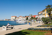 Croatia, Istria, Porec: harbour with seaside promenade and sightseeing boats | Kroatien, Istrien, Porec: Hafen mit Promenade und Ausflugsbooten
