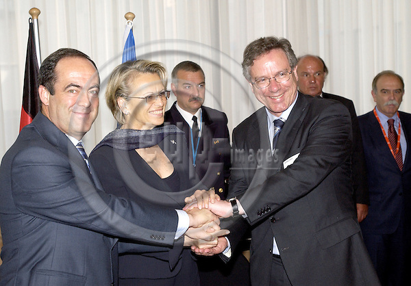 Brussels-Belgium - 23 May 2005---Signing of an agreement between Spain, France and Germany to set up a joint battle group under Spanish command; from left to right: José BONO, Defence Minister of Spain, Michèle ALLIOT-MARIE, Defence Minister of France, Dr. Peter EICKENBOOM, State Secretary at the Ministry of Defence of Germany, at the seat of the Council of the EU---Photo: Horst Wagner/eup-images
