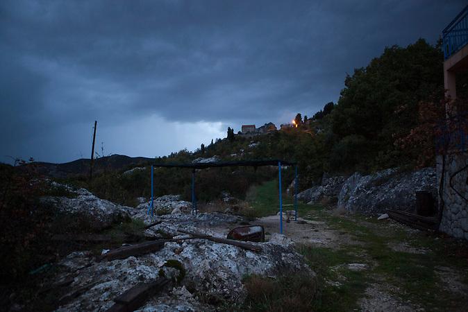 Auf der grünen EU-Außengrenze zwischen Bosnien und Kroatien. Das Gründstück gehört der Familie Raic. Ihr Olivenhain gehört zum Teil zu Kroatien, zum Teil zu Bosnien. Grenzsteine fehlen. /<br /> <br /> At the green EU- Boarder between Bosnia and Coratia. The place is owned by the Raic family. Their olive grove belongs partly to Bosnian, partly to Croatian territory. There are no boarder stone anywhere.<br /> <br /> Wer die Absicht hat, illegal in die EU einzureisen wählt nicht den Weg über die offizielle Grenze, sondern den Weg durch schwieriges Gelände. Die bergige Topographie erschwert die Kontrolle der grünen Grenze zwischen Bosnien-Herzegowina und Kroatien. / . People who want to cross the boarder to the European Union illegally, don't choose the official boarder but prefer difficult terrain. The mountainous topography of the area make it hard to control the green boarder between Bosnia-Herzegovina and Croatia.<br />Der kleine Ort Neum liegt in Bosnien-Herzegovina und bildet den einzigen Zugang zum Meer des Balkanlandes. Auf einer Länge von 9 km durchschneidet der Ort das kroatische Staatsgebiet (Neum-Korridor) Seit dem EU-Beitritt Kroatiens ist Neum auf beiden Seiten von EU-Außengrenzen eingeschlossen. / The small city of Neum in Bosnia and Herzegovina is the only place in Bosnia, where the country has access to the adriatic sea. Over a length of 9 kilometers the area cuts Croatian territory in two pieces. Since Croatia became part of the European Union, the city of Neum is enclosed between two EU-boarders.