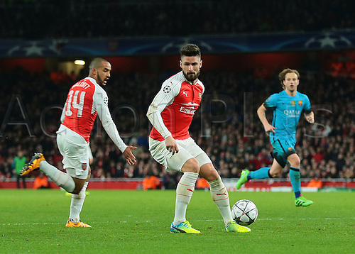 23.02.2016. Emirates Stadium, London, England. UEFA Champions League. Arsenal versus Barcelona. Arsenal Forward Olivier Giroud expected Arsenal Forward Theo Walcott to his right and passes the wrong way, as Arsenal Forward Theo Walcott has a clear view on the Barcelona goal