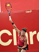BOGOTA - COLOMBIA - 14-04-2016: Lourdes Dominguez de Spain, sirve a Sachi Vickery de Estados Unidos, durante partido por el Claro Colsanitas WTA, que se realiza en el Club El Rancho de Bogota. / Lourdes Dominguez from Spain, serves to Sachi Vickery of Estados Unidos, during a match for the WTA Claro Colsanitas, which takes place at Club El Rancho de Bogota. Photo: VizzorImage / Luis Ramirez / Staff.