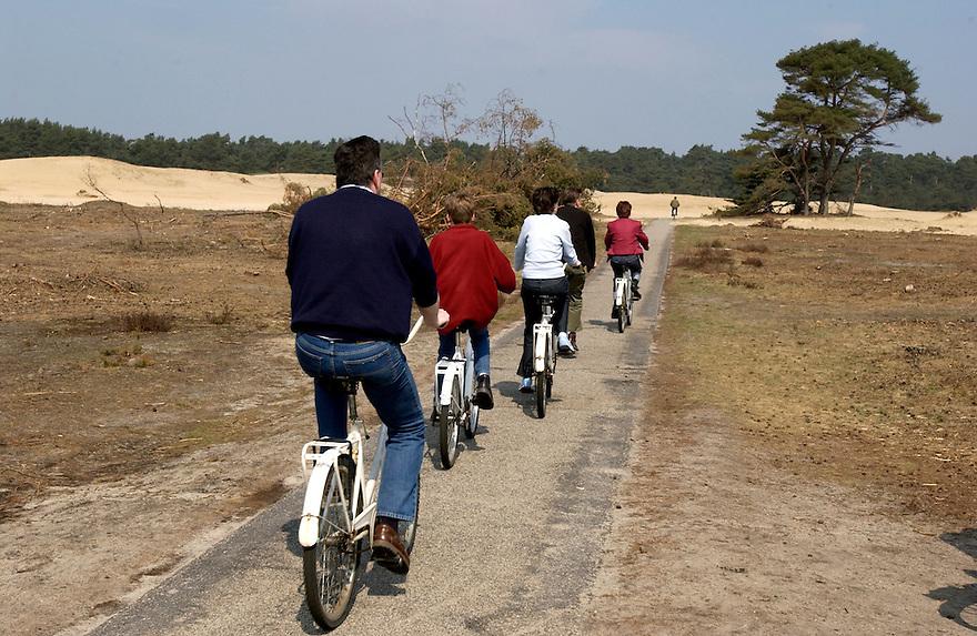 Nederland, Hoge Veluwe, Otterloo 21-4-2002..Fietsers rekreeren op de Hoge Veluwe..rekreatie.vrije tijdsbesteding..Foto (c) Michiel Wijnbergh