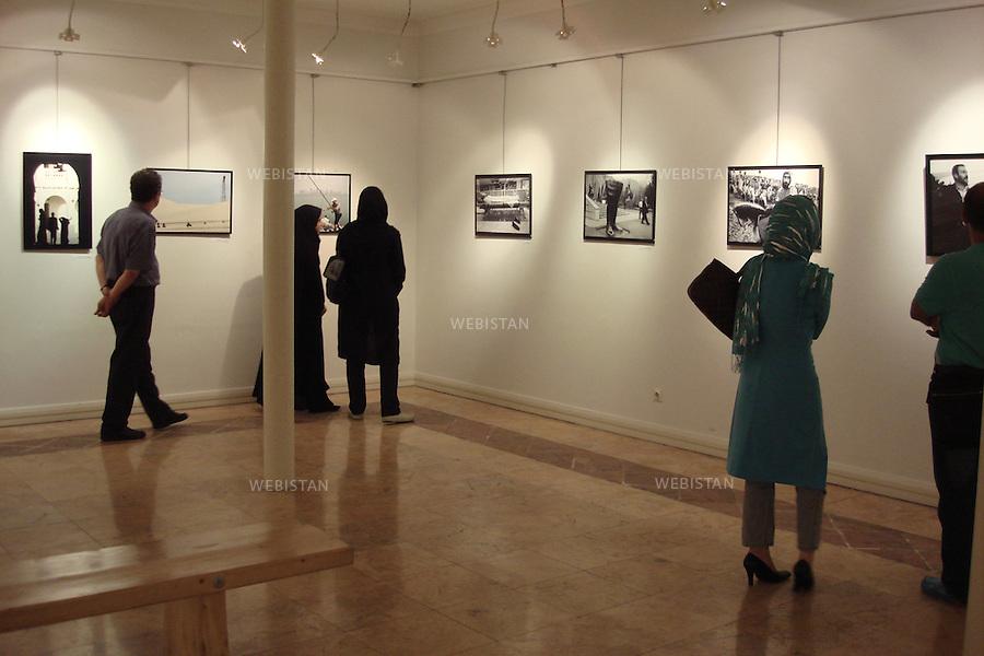 Iran. Tehran. Contemporary photo exhibitions at Tehran's House of Artists, Khaneye Honarmandan. Iran. Teheran. Exposition de photographies contemporaines a la Maison des Artistes.